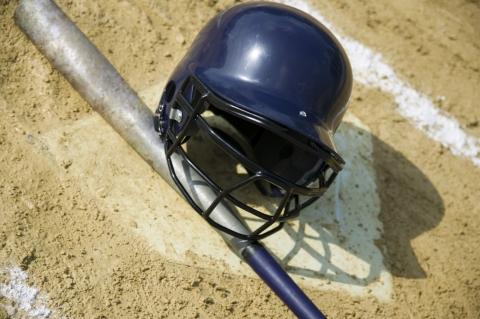 Le casque de baseball est jeté par terre