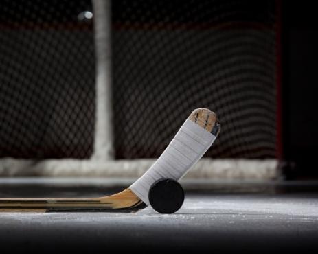 Vue rapprochée d'un bâton de hockey et de la rondelle