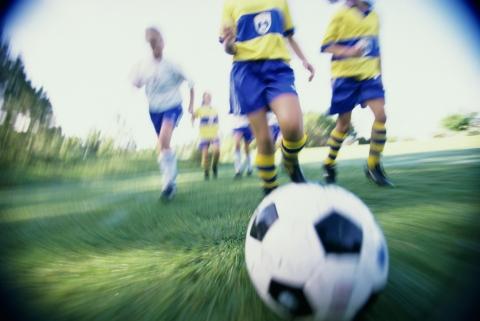 Des joueurs se convergent sur le ballon