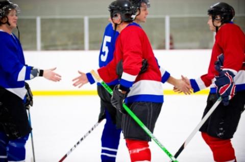 Des joueurs de hockey se serrent la main après un match
