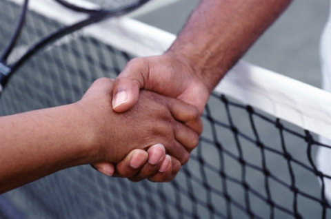 Les joueurs se serrent la main
