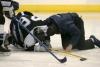 Un joueur s'effondre sur la glace après un coup dur